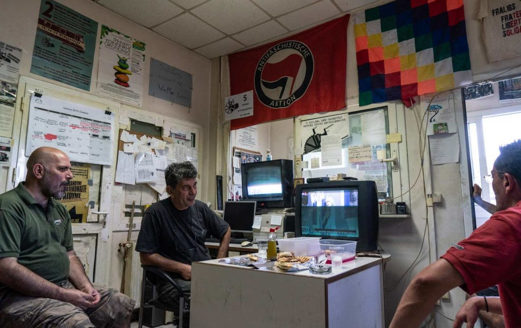 Спирос Сгурас (в ляво) и негови колеги в стаята за почивка по време на смяна през юли. Снимка:  Nick Paleologos / SOOC