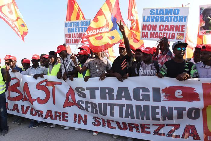 """""""Стига смърт на работното място"""" и """"Не сме роби"""" бяха част от лозунгите по време на """"Марша на червените барети"""". Снимка: www.usb.it"""