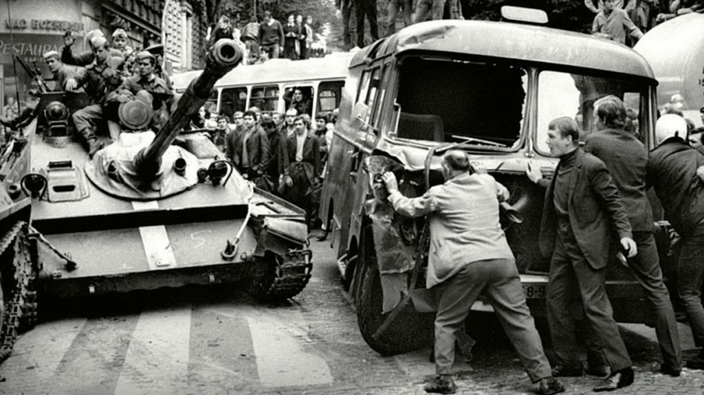 По улиците Прага, август 1968-ма. Снимка: YouTube