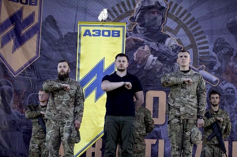 Под ръководството на Андрей Билецки (в средата) и с помощта на Киев и западни правителства, неонацисткия батальон Азов се превърна не е само значителен военен фактор, но и в политическа и улична сила. Снимка: Azov/Twitter)
