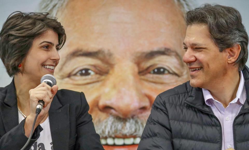 Мануела д'Авила и Фернандо Адад пред голям портрет на Лула на митинг с негови привърженици. Снимка: Фейсбук