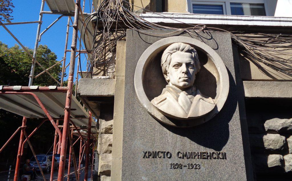 """Барелефът на Христо Смирненски на едноименния софийски булевард, пресичащ площад """"Журналист"""", точно около 120-годишнината на поета се оказа омотан в жици заради ремонта по съседство. Снимка: Къдринка Къдринова"""
