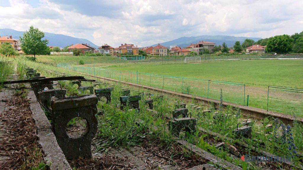 Един от десетките полуизоставени стадиони в страната. Снимка: Барикада