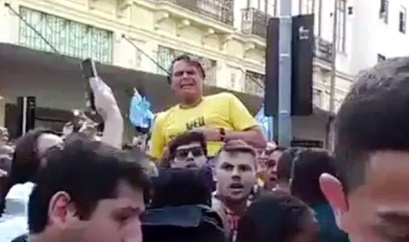 Жаир Болсонаро в момента на атаката с нож. Снимка: Фейсбук