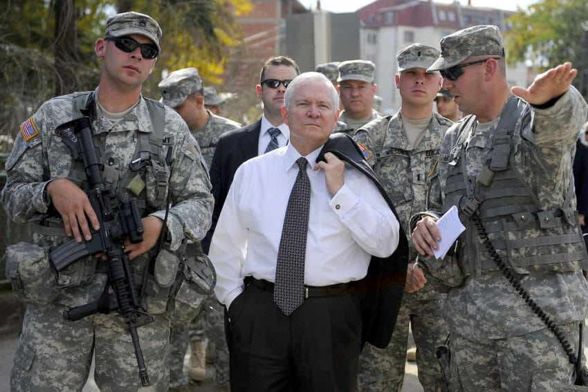 Един от предишните министри на отбраната на САЩ Робърт Гейтс по време на посещение в Косово през 2008 г. Снимка: The U.S. Army / CC BY 2.0