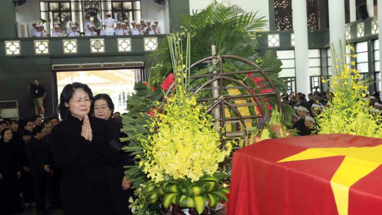 Почит към отишлия си държавен глава отдава временно поелата функциите му вицепрезидентка Данг Тхи Нгок Чин. Снимка: Canberra Times