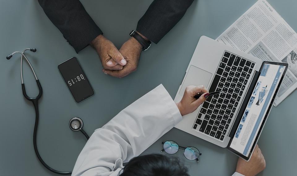 Посещението на лекар в бъдеще може да започва с преглед на застрахователния пакет на клиента. Снимка: Pixabay