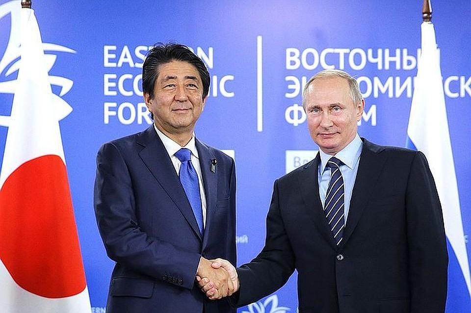 Премиерът на Япония Шиндзо Абе и президентът на Русия Владимир Путин на форума във Владивосток. Снимка: ТАСС