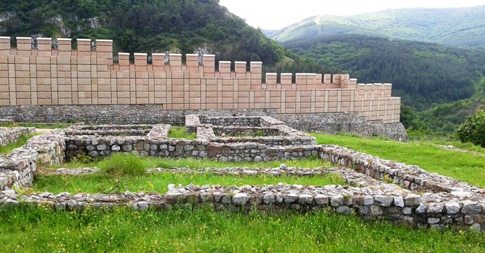 """Крепостта """"Кракра"""" край Перник и бутафорното и дострояване. Снимка: Wikimedia Commons"""