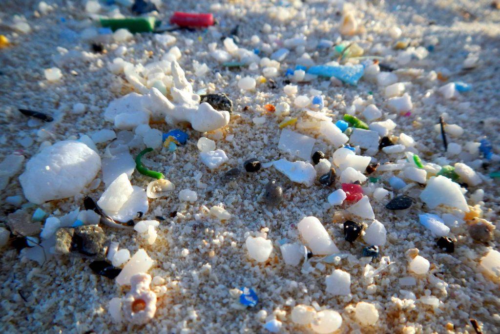 Из плажовете по света пясъка вече е смесен с много пластмасови частици. Снимка: El Pais