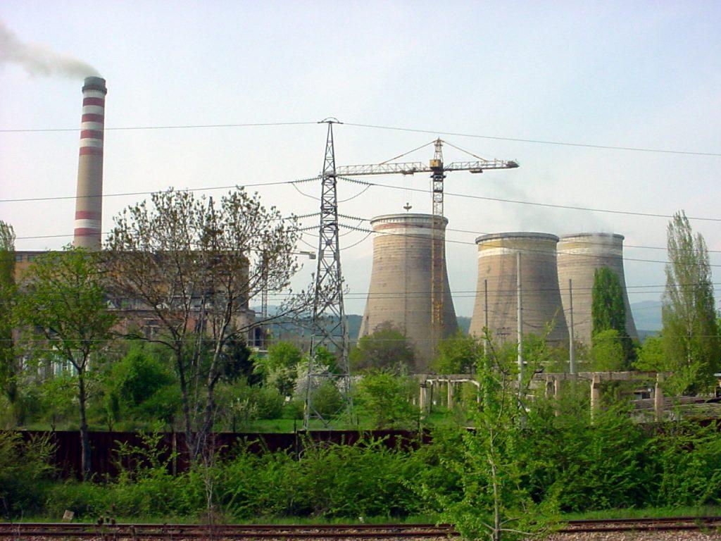 """ТЕЦ """"Република"""" в Перник, който от скоро гори и пластмасови отпадъци. Снимка: Wikimedia Commons"""