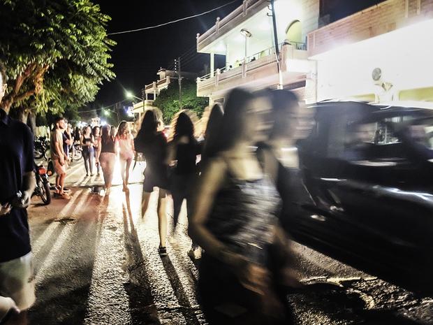 Всяка вечер улиците на града са изпълнени с живот, макар все още да има опасност от обстрели. Снимка: Middle East Eye