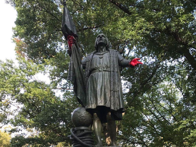 """През миналата година активисти """"окървавиха"""" ръцете на статуята на Колумб в Сентръл Парк в Ню Йорк. Снимка: smithsonianmag.com"""