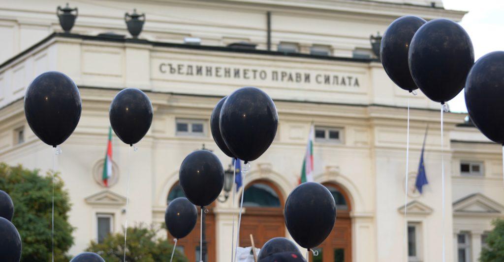 """Черният цвят се превърна в традиционен за протестите под надслов """"Системата ни убива"""". Снимка: Николай Драганов, """"Барикада"""""""