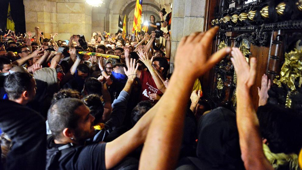 Около парламента в Барселона кипнаха бурни улични страсти вечерта на 1 октомври. Снимка: La Vanguardia