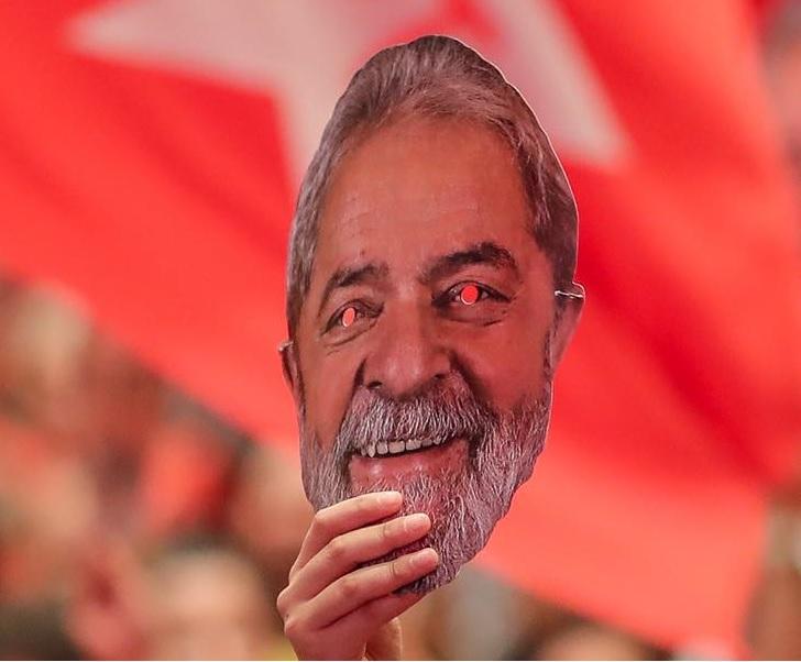 Привърженик на Лула държи маска с изображението му по време на митинг на Работническата партия. Снимка: https://www.facebook.com/Lula/