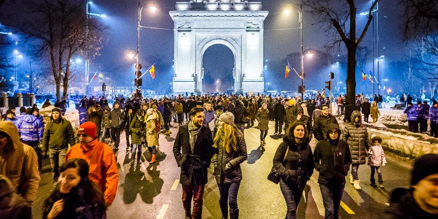 Връзката между протестите в подкрепа на антикорупцията и провала на референдума за традиционното семейство е посланието, насочено срещу политическата класа на прехода (снимка: Mihai Petre, CC BY-SA 4.0, via Wikipedia Commons)