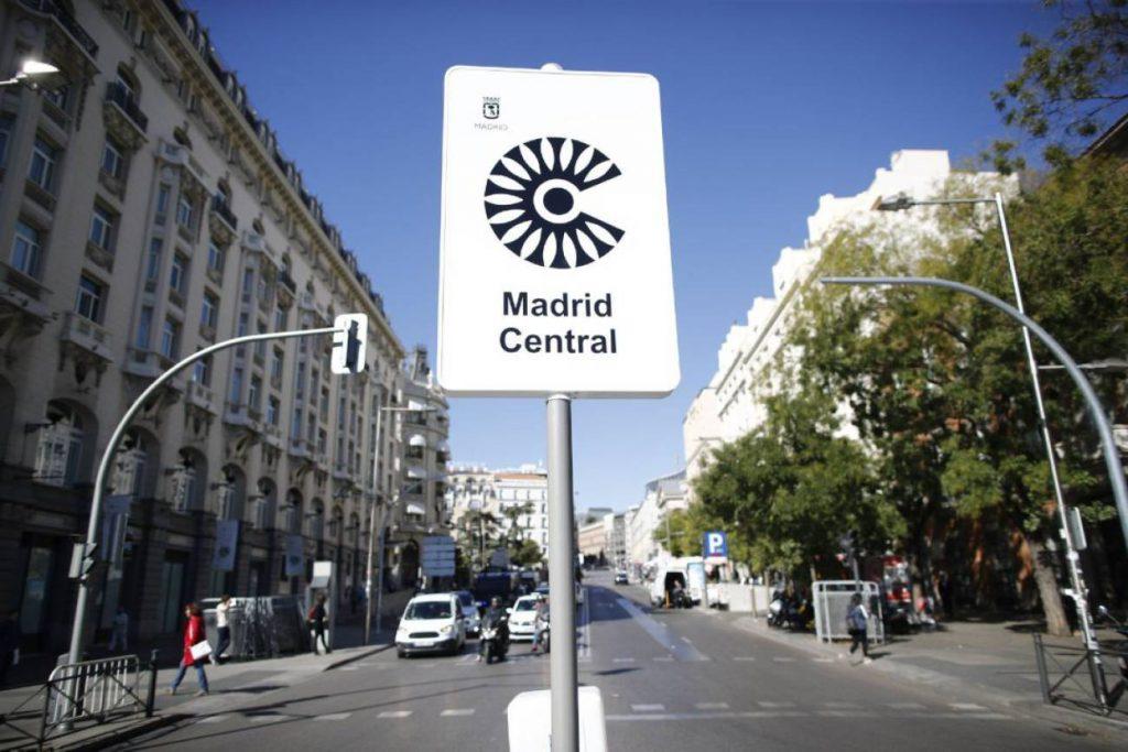 С такива табели се отбелязва централната екозона на Мадрид. Снимка: El Pais