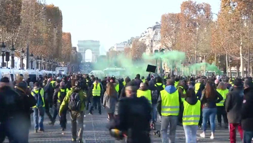 """Голямата демонстрация на """"жълтите жилетки"""" на 24 ноември пое по прочутия парижки булевард """"Шанз Елизе"""". Снимка: antena3"""