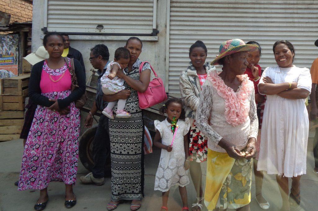Майките масово носят бебетата си на ръце. Детските колички тук са слабо познати - явно не са по джоба на мнозинството. Снимка: Къдринка Къдринова