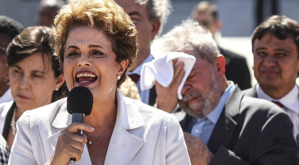 Дилма Русеф на митинг по времето, когато течеше процесът по импийчмънт срещу нея. Лула да Силва е на заден план. Снимка: Resumen Latinoamericano