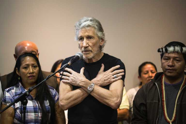 """Роджър Уотърс по време на пресконференцията в Кито заедно с активисти на индианските общности, борещи се за компенсации от """"Шеврон"""". Снимка: mongabay"""