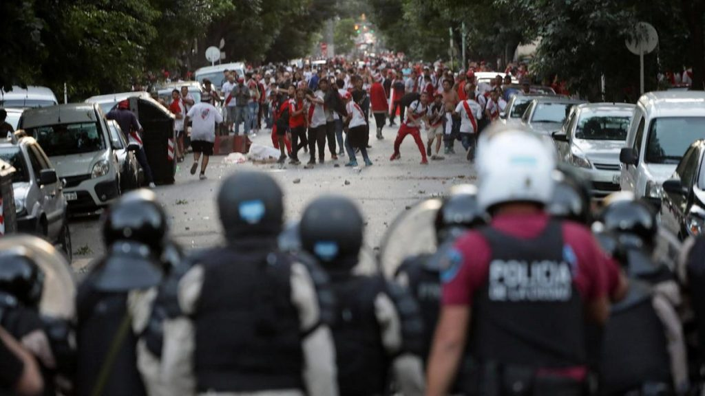 """Агитка на """"Ривър плейт"""" мята камъни по полицаите, които не смеят да се приближат. Снимка: El Pais"""