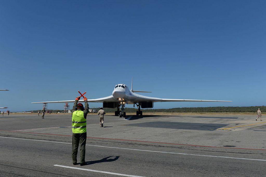Един от руските военни самолети каца на летището край Каракас. Снимка: РИА
