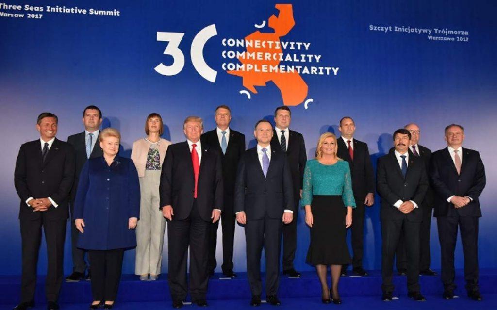 """В срещата на върха на инициативата """"Триморие"""" във Варшава през 2017 г. се включи и Доналд Тръмп. Радослав Радев е във втория ред, вторият отдясно. Снимка: total-croatia-news"""