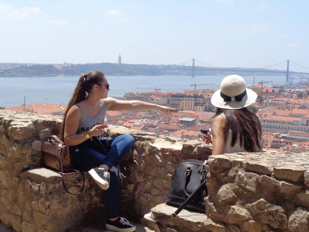 """Прекрасни гледки към Лисабон и към река Тежу с моста """"25 април"""" се откриват от крепостта """"Сао Жоржи"""", кацнала на най-високия от седемте хълма, върху които е разположена португалската столица. Снимка: Къдринка Къдринова"""