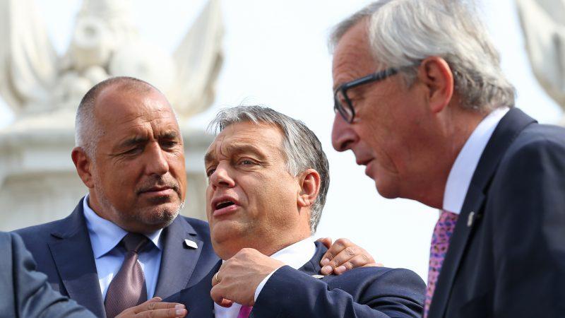 """Виктор Орбан (в средата) преди заседание на Европейския съвет, заобиколен от Бойко Борисов и Жан-Клод Юнкер. Мнозина са склонни да виждат в лицето на унгарския премиер """"трън в петата на Брюксел"""", но единственото, което той действително успява да прави, е да вдига собствената си цена. Снимка: euractiv.com"""