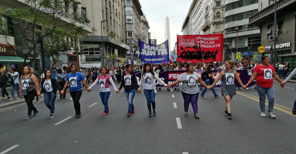Млади жени носят на гърдите си лика на Лусия Перес. Снимка: Мария Иванчева