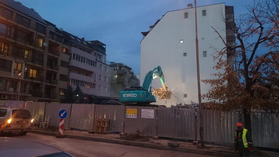"Багерът шета... Снимка: фейсбук група ,,Варненци за Варна"""
