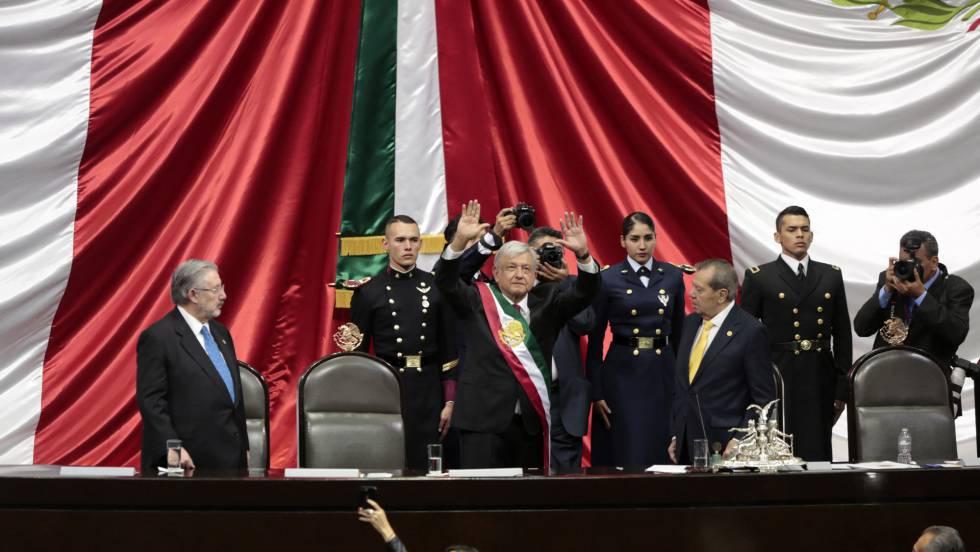 Андрес Мануел Лопес Обрадор приветства депутатите, след като вече е приел президентската лента. Снимка: El Pais
