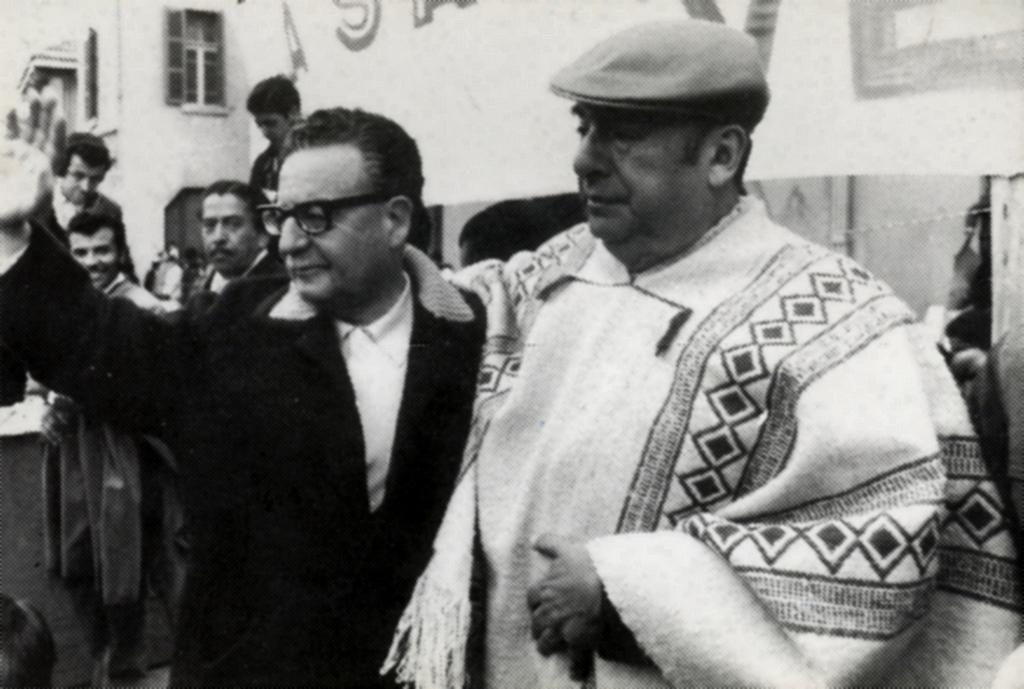 Пабло Неруда (в пончото) с чилийския президент социалист Салвадор Алиенде през 1971 г., когато цяло Чили празнува с поета удостояването му с Нобелова награда за литература. Снимка: Wikimedia Commons