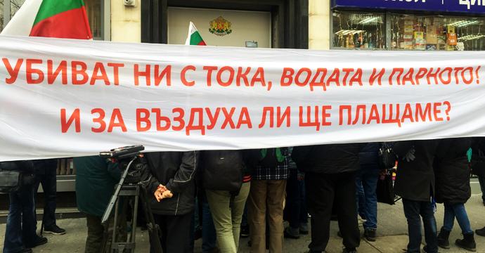 """Недоволните граждани опитаха безуспешно да влязат на заседанието. Снимка: Николай Драганов, """"Барикада"""""""