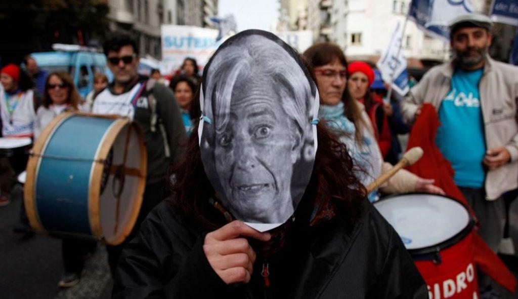 Вероятно и тази демонстрантка от Буенос Айрес с маската на шефката на МВФ Кристина Лагард би подкрепила конвенция за регулация на световните финансови пазари. Снимка: Resumen Latinoamericano