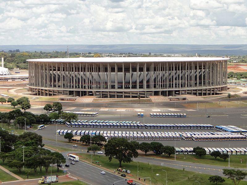 Националният стадион на Бразилия, погълнал няколкостотин милиона долара, днес се използва предимно като автобусно депо. Снимка: Wikipedia Commons