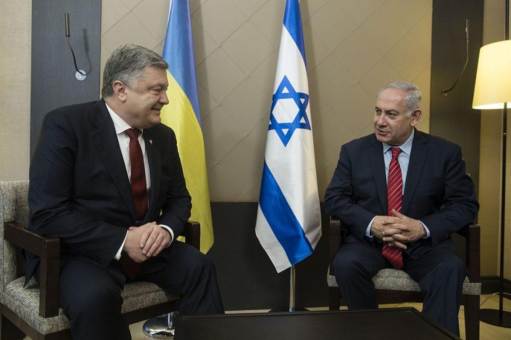Докато течеше последната среща между Бенямин Нетаняху и Петро Порошенко, в Киев вдигаха поредняи паметник на национален герой, отговорен за антисемитски погромни. Снимка: Wikimedia Commons