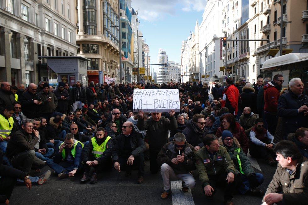 """Стачкуващи шофьори на таксита блокираха улица """"Гран Виа"""" в Мадрид и издигнаха лозунга: """"В бъдеще - без лешояди"""". Снимка: El Pais"""