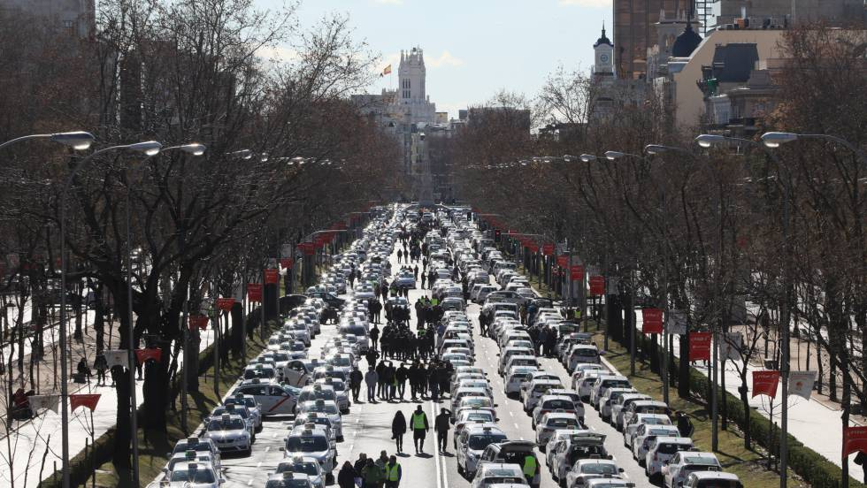 """Така изглежда блокираната в неделя от стачкуващи таксита улица """"Кастеяна"""" в центъра на Мадрид. Снимка: El Pais"""