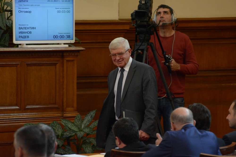 Министърът на здравеопазването Кирил Ананиев се подсмихва на депутатите от опозицията. Снимка: Барикада