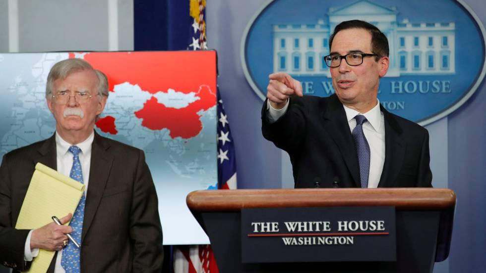 Стивън Мнучин и Джон Болтън по време на пресконференцията в Белия дом, на която бяха обявени санкциите срещу венесуелската държавна петролна компания PDVSA. Снимка: El Pais