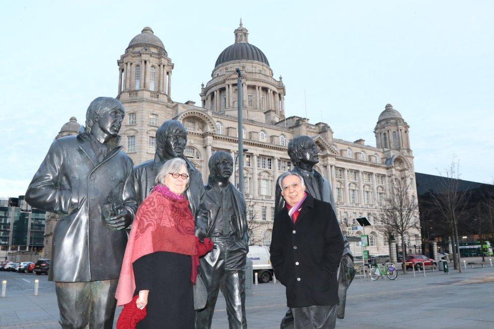 """Катлийн и Амир Кърги пред памтетника на """"Бийтълс"""" в Ливърпул. Снимка: El Pais"""