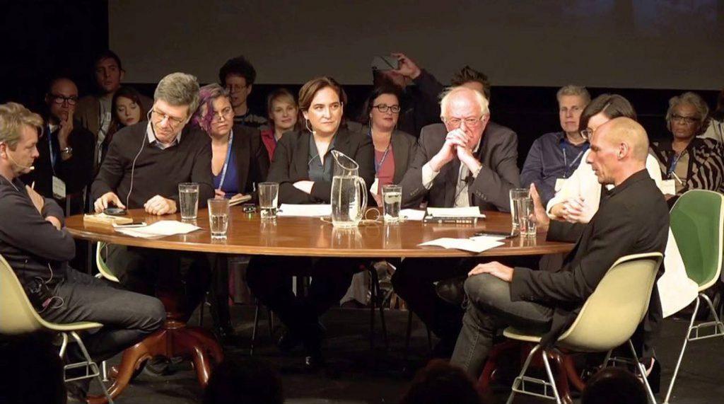 Около кръглата маса в Бърлингтън, където бе обявено стартирането на Прогресвния интернационал, се виждат Ада Колау, Бърни Сандърс, Янис Варуфакис и др. Снимка: El Pais