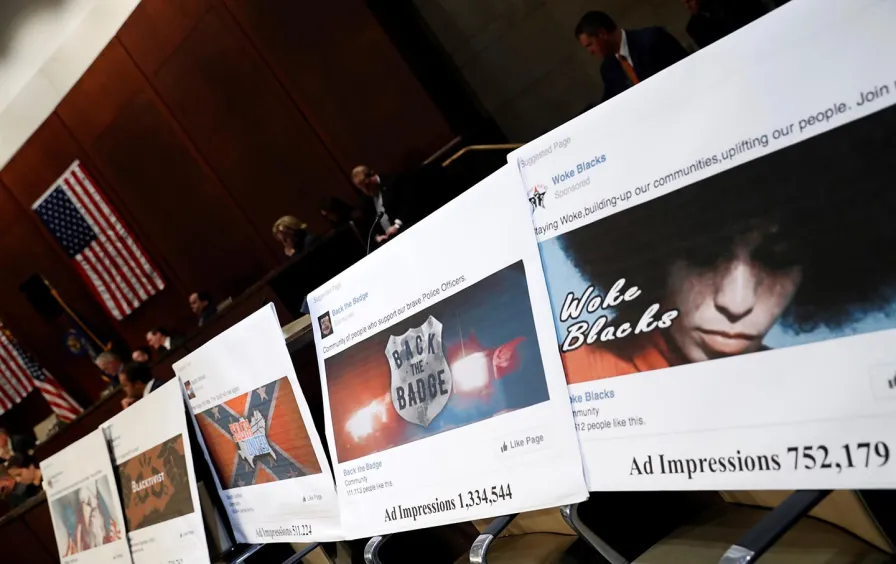 Част от рекламите, които Facebook посочва като свързани с руските усилия да се влияе на политическия процес в САЩ, представени при изслушване в Конгреса.  Снимка: Ройтерс