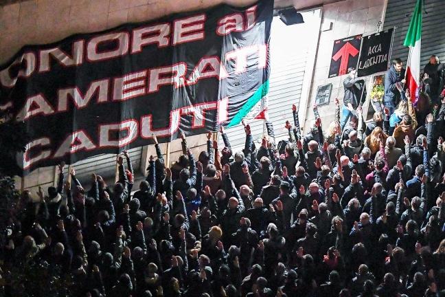 """Неофашисти от партията CasaPound отбелязват годишнината от стрелбата на римската улица """"Ака Ларентия"""". Снимка: L'Espresso"""