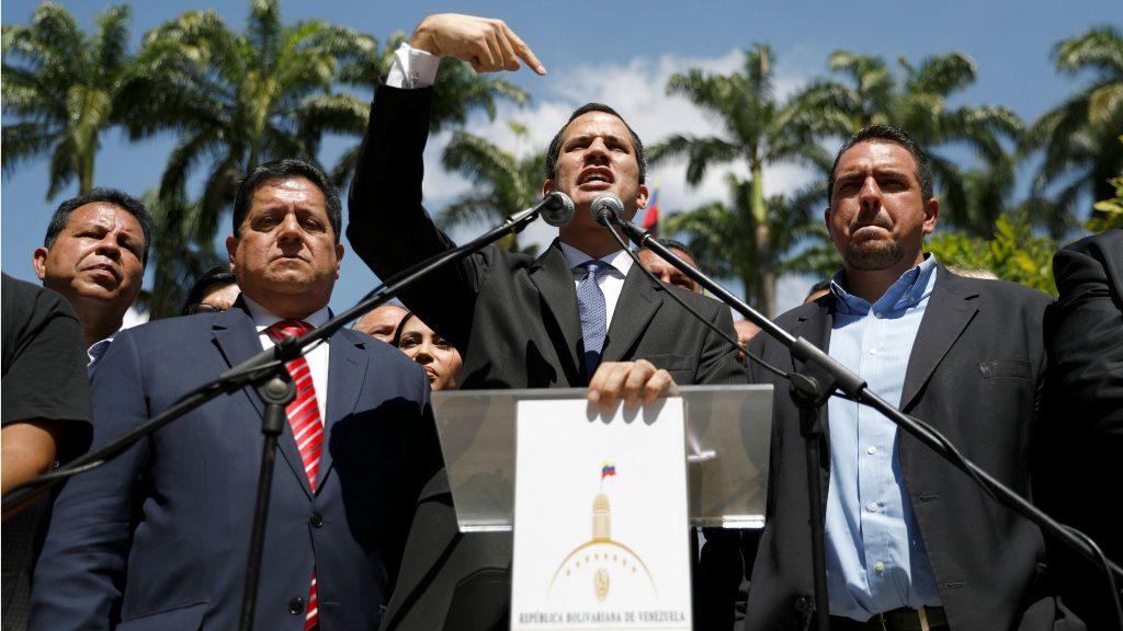"""Хуан Гуайдо (в средата) се самообяви за """"временен президент"""" на Венесуела. От двете му страни са неговите заместници в Националното събрание. Вляво е Едгар Самбрано, а вдясно - Сталин Гонсалес. Снимка: Resumen Latinoaamericano"""
