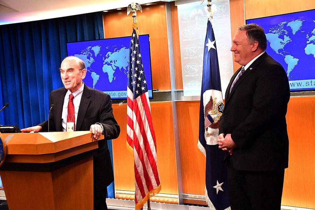 Елиът Ейбрамс (в ляво) и Майк Помпео обясняват как ще донесат демокрация във Венецуела. Снимка: Wikimedia Commons