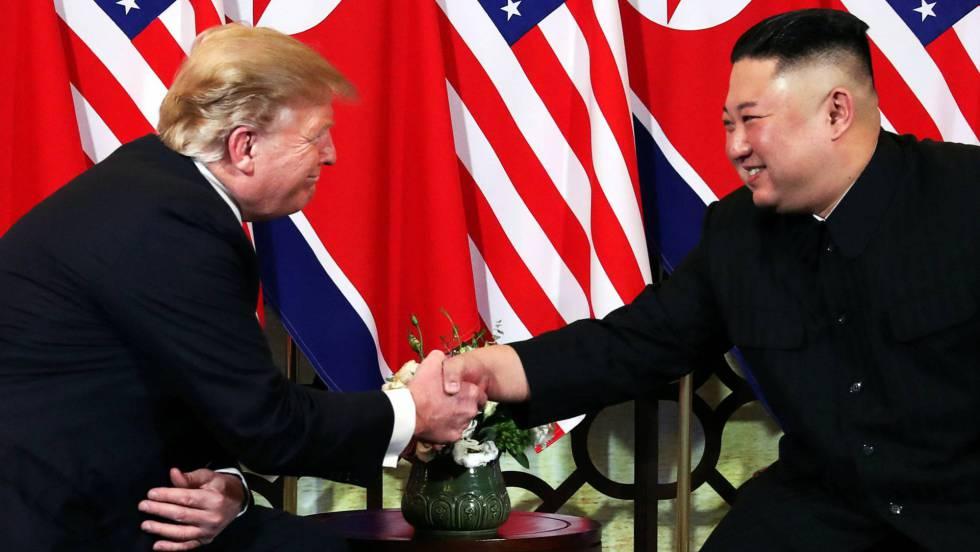 """Доналд Тръмп и Ким Чен Ун вече позираха дружески пред камерите преди да започнат съвместната си вечеря в ханойския луксозен хотел """"Метропол"""". Снимка: EFE"""